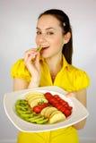 Modelo fêmea com a placa com fruta Foto de Stock Royalty Free