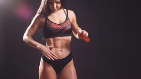 Modelo fêmea da aptidão apta da mulher que aplica a loção hidratando do óleo do corpo Menina no roupa interior com garrafa do cre video estoque