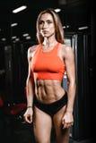 Modelo fêmea da aptidão 'sexy' caucasiano no fim do gym acima do Abs fotografia de stock royalty free