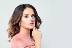 Modelo fêmea da mulher bonita no fundo branco foto de stock royalty free