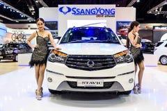 Modelo fêmea dos apresentadores com Ssangyong Stvic Imagens de Stock