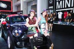Modelo fêmea dos apresentadores na cabine de Mini Cooper imagem de stock royalty free