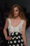 Modelo fêmea em um desfile de moda australiano imagem de stock