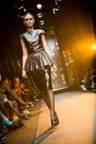 Modelo fêmea em um desfile de moda em Serguei Teplov C Imagem de Stock Royalty Free