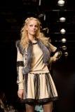 Modelo fêmea em um desfile de moda por Kiseleva Coleta Foto de Stock Royalty Free