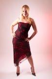 Modelo fêmea louro em um vestido longo e em uns saltos elevados Imagens de Stock Royalty Free