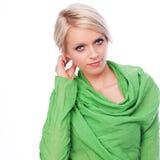 Modelo fêmea no verde com cabelo curto fotografia de stock royalty free