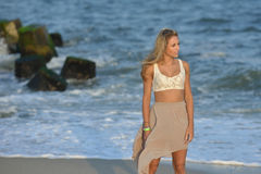 Modelo fêmea novo bonito na praia Fotos de Stock