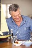 Modelo feliz de la pintura del hombre mayor Foto de archivo libre de regalías