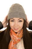 Modelo femenino adolescente lindo que ajusta su gorrita tejida del invierno Fotografía de archivo