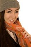 Modelo femenino adolescente lindo que lleva una bufanda y una gorrita tejida del invierno Imagen de archivo