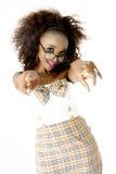 Modelo femenino africano con las gafas que señalan en la cámara Foto de archivo