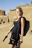 Modelo femenino atractivo con dos armas de la mano Imagen de archivo libre de regalías