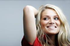 Modelo femenino caucásico hermoso que presenta en estudio Imagen de archivo