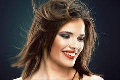 Modelo femenino con el pelo largo en el movimiento Fotos de archivo libres de regalías