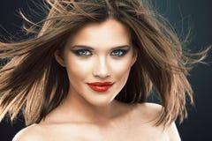 Modelo femenino con el pelo largo en el movimiento Imagen de archivo libre de regalías