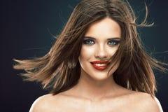 Modelo femenino con el pelo largo en el movimiento Foto de archivo
