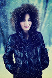 Modelo femenino con la chaqueta del invierno en el parque Foto de archivo libre de regalías