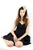 Modelo femenino con la flor en el pelo que presenta en estudio fotografía de archivo