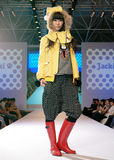 Modelo femenino de Asia en un desfile de moda Foto de archivo