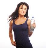 Modelo femenino de la aptitud que sostiene una botella de agua Foto de archivo libre de regalías