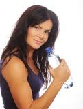 Modelo femenino de la aptitud que sostiene una botella de agua Fotografía de archivo libre de regalías