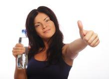 Modelo femenino de la aptitud que sostiene una botella de agua Imágenes de archivo libres de regalías