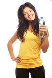 Modelo femenino de la aptitud que sostiene una botella de agua Fotografía de archivo