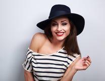 Modelo femenino de risa dentudo feliz del maquillaje en el sombrero elegante negro w Foto de archivo