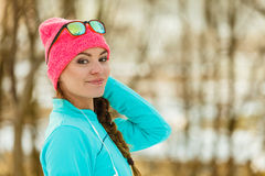 Modelo femenino del deporte de la aptitud al aire libre en tiempo frío del invierno Imágenes de archivo libres de regalías