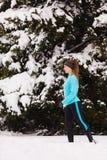 Modelo femenino del deporte de la aptitud al aire libre en tiempo frío del invierno Imagen de archivo