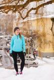 Modelo femenino del deporte de la aptitud al aire libre en tiempo frío del invierno Foto de archivo libre de regalías