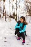 Modelo femenino del deporte de la aptitud al aire libre en tiempo frío del invierno Fotografía de archivo libre de regalías