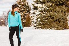 Modelo femenino del deporte de la aptitud al aire libre en tiempo frío del invierno Foto de archivo