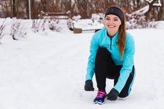 Modelo femenino del deporte de la aptitud al aire libre en tiempo frío del invierno Fotos de archivo libres de regalías