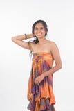 Modelo femenino del moreno hermoso en el vestido sin tirantes que presenta en los vagos blancos Fotos de archivo libres de regalías