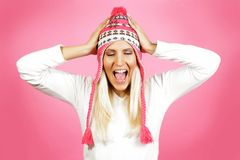 Modelo femenino del pelo ligero joven, vestido en ropa del invierno Imágenes de archivo libres de regalías