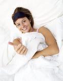 Modelo femenino elegante que sonríe en cama Fotos de archivo libres de regalías