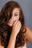 Modelo femenino en actitud atractiva fotos de archivo