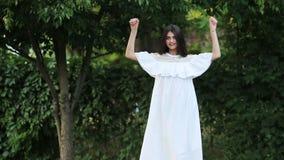 Modelo femenino en el vestido blanco almacen de metraje de vídeo