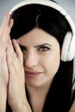 Modelo femenino espectacular con las auriculares Fotografía de archivo