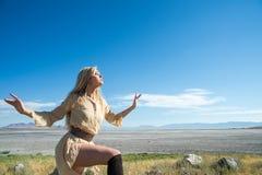 Modelo femenino hermoso contra el cielo azul Imagen de archivo libre de regalías