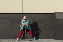 Modelo femenino hermoso en ropa casual con un monopatín Imagenes de archivo