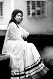 Modelo femenino indio en mirada india rural Foto de archivo