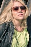 Modelo femenino joven con el viento en su pelo Foto de archivo