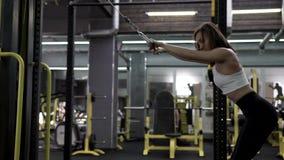 Modelo femenino joven delgado hermoso Training Back Muscles de la aptitud metrajes