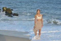 Modelo femenino joven hermoso en la playa Foto de archivo libre de regalías