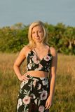 Modelo femenino joven lindo atractivo con el pelo rubio que modela afuera por la playa Imagen de archivo