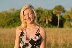 Modelo femenino joven lindo atractivo con el pelo rubio que modela afuera por la playa Imagenes de archivo