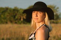 Modelo femenino joven lindo atractivo con el pelo rubio que modela afuera por la playa Imagen de archivo libre de regalías